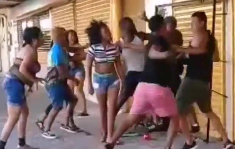 En el video se observa a mujeres y hombres lanzando golpes y patadas en la riña tumultuaria, durante la celebración del carnaval en Penonomé.