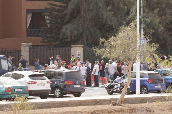 Huéspedes y personal del hotel situado en el municipio tinerfeño de Adeje, donde se ha detectado a un turista italiano que ha dado positivo por coronavirus de Wuhan, aguardan fuera del edificio, en una zona acotada. FOTO/EFE