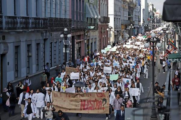 Estudiantes de la Benemérita Universidad Autónoma de Puebla (BUAP) y de la Universidad Popular Autónoma de Puebla (UPAEP), protestan este martes, para pedir justicia por tres universitarios asesinados este fin de semana, en Puebla. FOTO/EFE