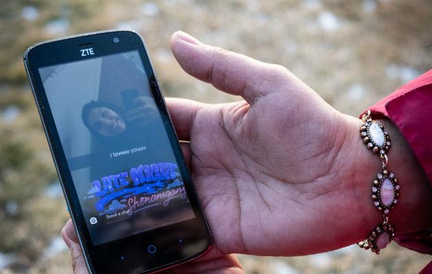 Jackie Big Hair con la última fotografía que le envió Selena, su hija de 16 años. Su cuerpo fue hallado el 20 de enero. Foto / Cristina Baussan para The New York Times.