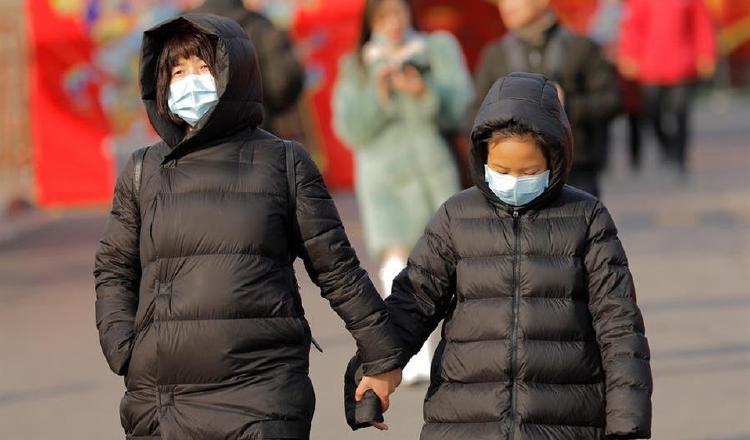 Evite el contacto cercano con personas que estén enfermas, estornudando o con tos. EFE