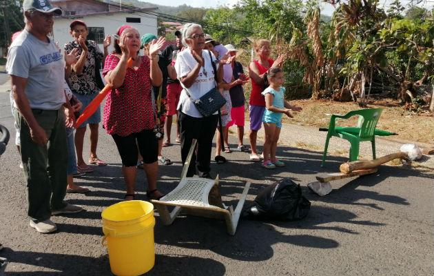 Desde hace dos semanas no tienen agua potable. Foto: Eric Montenegro.