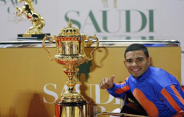 Luis Sáez posa con la copa.