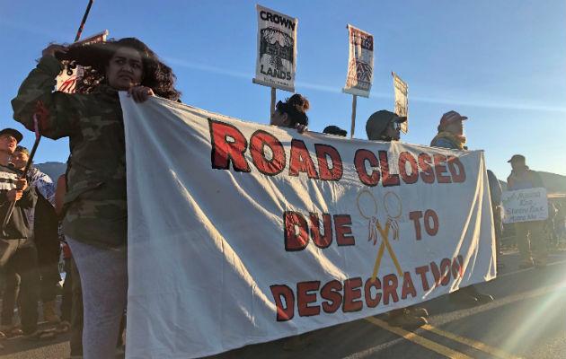 Muchos nativos se oponen a plan para construir un telescopio en Mauna Kea, la montaña más alta del país. Una protesta. Foto / Caleb Jones/Associated Press.