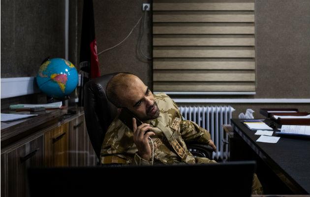 El Coronel Aryan Faizy, un veterano de inteligencia, se enfoca en mejorar el combate al crimen en Kabul. Foto / Jim Huylebroek para The New York Times.