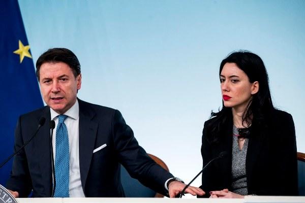 La ministra de Educación, Lucia Azzolin junto al primer ministro italiano Giuseppe Conte, informan a los medios sobre las medidas tomadas para contrarrestar el coronavirus. FOTO/AP