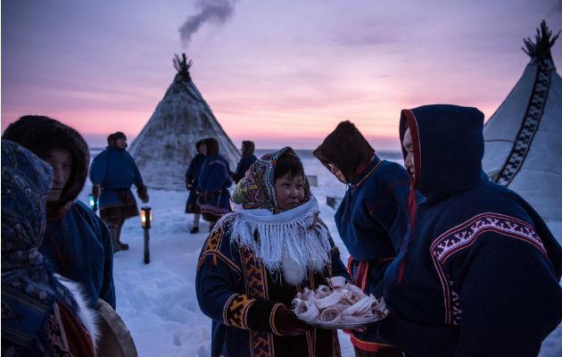 Una mujer nenets nativa con una charola de stroganina durante el festival en honor al manjar en Yar-Sale. Foto / Sergey Ponomarev para The New York Times.