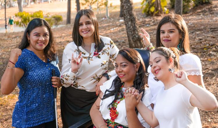 Leidiz López, Alejandra Torres, Mary Jane Waugh, María José (Majo) Paiz y María Gabriela Ureña protagonizan la campaña 'Mi capacidad supera mi discapacidad'. Fotos: Havana Gallegos
