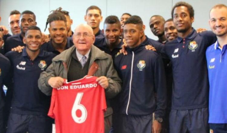 Eduardo Moreno Tórtora recibió un homenaje previo a un partido de la selección ante Uruguay. Foto Fepafut
