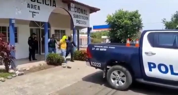 El implicado fue trasladado por unidades policiales desde Pedasí a Las Tablas. FOTO/THAYS DOMÍNGUEZ