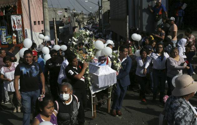El funeral de una niña de 7 años cuya muerte desató furia sobre la violencia contra las mujeres en Ciudad de México. Foto / Marco Ugarte/Associated Press.