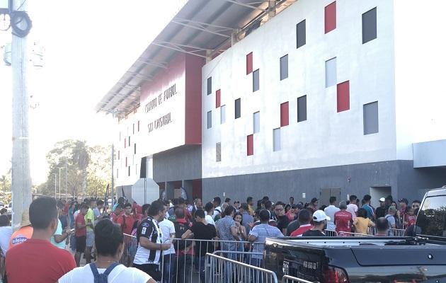 Aficionados en los predios del estadio San Cristóbal. Foto:@Atl_chiriqui