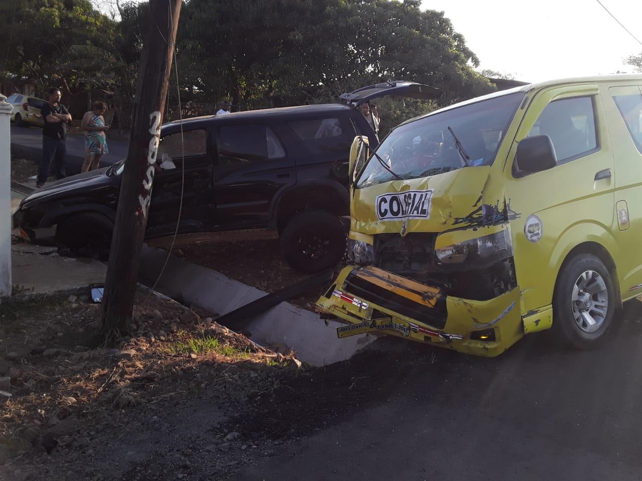Los 10 estudiantes fueron evaluados tras el accidente, y algunos presentaban lesiones como latigazo y nerviosismo. FOTO/THAYS DOMÍNGUEZ
