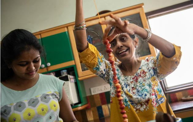 Usha Prabakaran (der.) escribió un libro para preservar el conocimiento de los encurtidos. Prepara uno en su casa. Foto / Saumya Khandelwal para The New York Times.