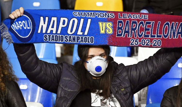 Aficionado sostiene una bufanda en el estadio San Paolo de Nápoles. Foto EFE