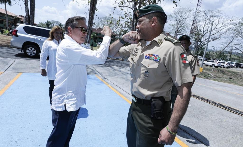 Laurentino Cortizo utiliza el brazo para saludar, como medida de prevención contra el coronavirus.