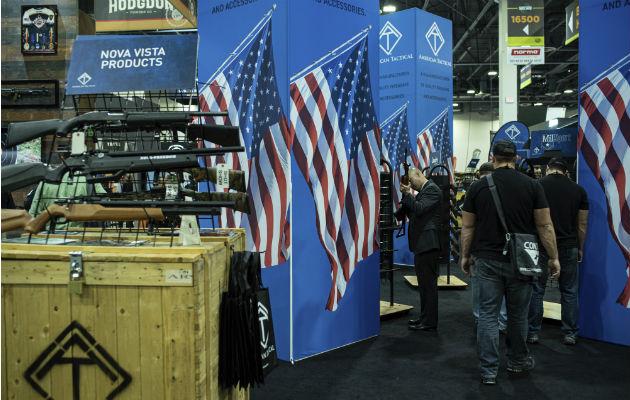 El 60 % de los hogares de EE. UU. dijo no tener un arma. Reciente show de armas en Las Vegas. Foto / Lisa Marie Pane/Associated Press.