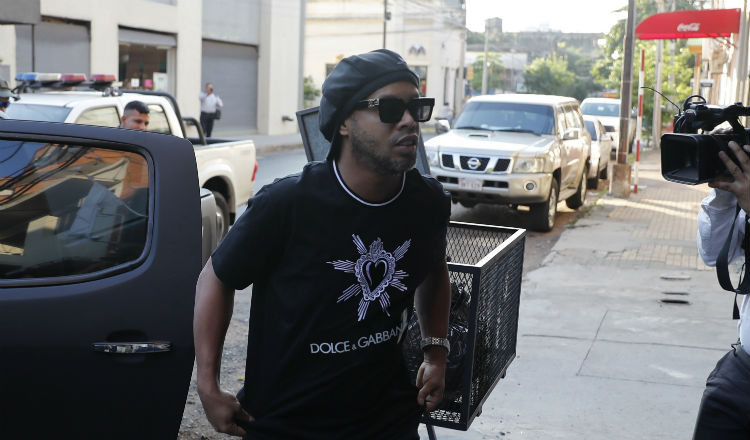 Ronaldinho llega al juzgado Foto AP