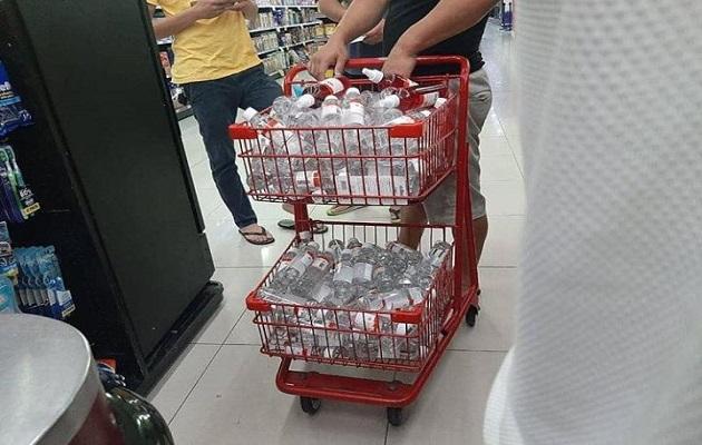 Gobierno y comerciantes limitan el acaparamiento para garantizar a la población los alimentos y productos de limpieza.