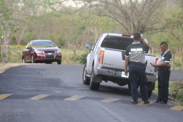 Las unidades Linces de la Policía Nacional, logran ubicar el auto en que viajaban los presuntos sicarios, en la vía hacia el poblado de Polanco en Capira. FOTO/ERIC MONTENEGRO