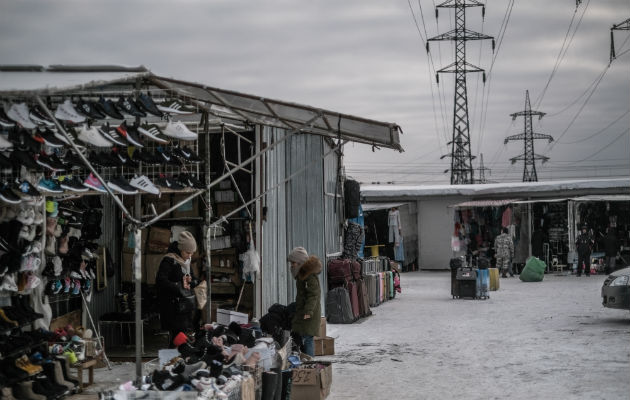 El bajo crecimiento y la disminución de los salarios en Rusia han detenido el aumento de los precios. Un mercado. Foto / Maxim Babenko para The New York Times.