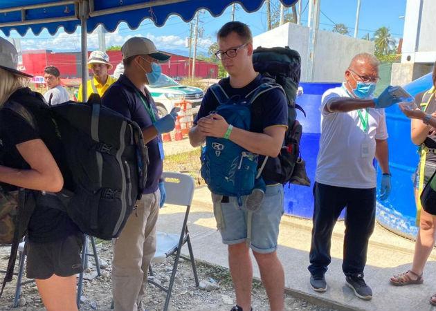 Toma de temperatura a un turista en Bocas del Toro. Foto: Mayra Madrid.