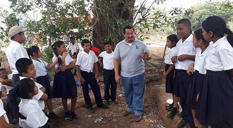 Carlos Fong, en una gira donde distrae contando cuentos en el interior. Foto: Cortesía
