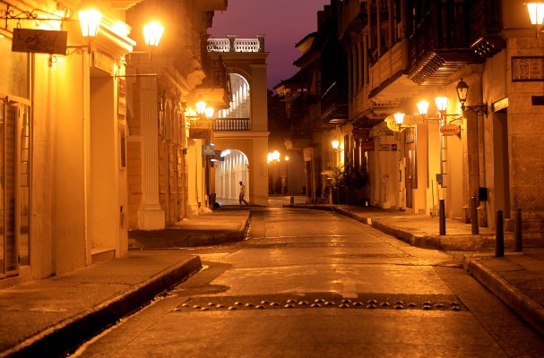 Un hombre camina por una calle vacía en Cartagena de Indias (Colombia). El alcalde de Cartagena decretara un toque de queda desde las 6 de la tarde hasta las 4 de la mañana y con una duración preliminar hasta el 5 de abril para prevenir el aumento de casos de contagio de coronavirus. FOTO/EFE