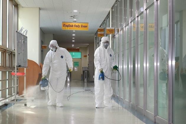 El nuevo coronavirus, denominado como SARS-CoV-2, 2019-nCoV o coronavirus de Wuhan, ocasionó las primeras infecciones en humanos a finales de 2019.