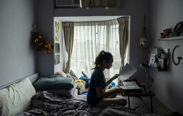 Más de 360 millones de estudiantes no acuden a clases al cerrar las escuelas por el coronavirus. Chloe Lau hace tarea en Hong Kong. Foto / Lam Yik Fei para The New York Times.