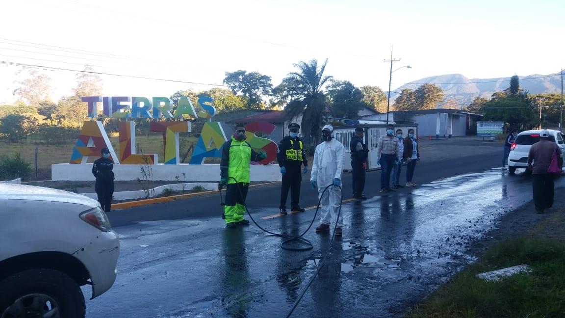 Se ha procedido a desinfectar los camiones y carros que entran al distrito de Tierras Altas. Foto: José Vásquez.