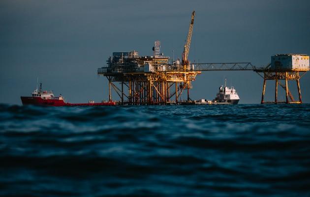 Durante caídas de precios anteriores, grandes petroleras invirtieron en proyectos como la perforación marina. Foto / Chris Carmichael para The New York Times.