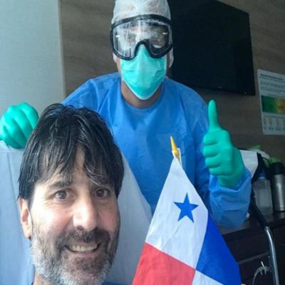 El doctor Emilio Saturno acompañado de su colega Julio Sandoval, luego de vencer el COVID-19.