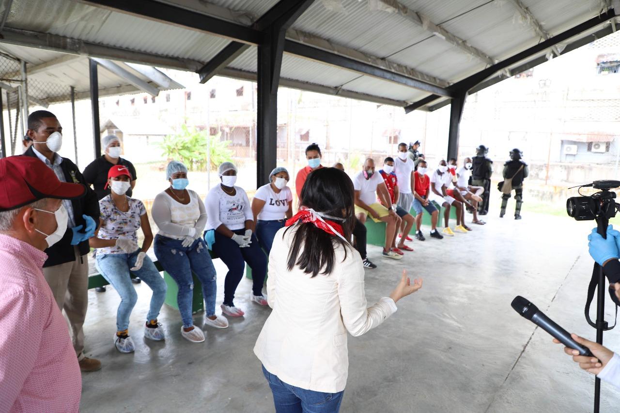 La ministra de Gobierno y Justicia Janaina Tewaney Mencomo, se reunió con los voceros de la cárcel Nueva esperanza y autoridades de la provinvia de Colón. Foto/Diomedes Sánchez