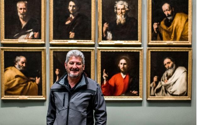 Más de 50 mil personas vieron a Manolo Osuna, guardia en el Museo del Prado, presentar una pintura. Foto / Emilio Parra Doiztua para The New York Times.