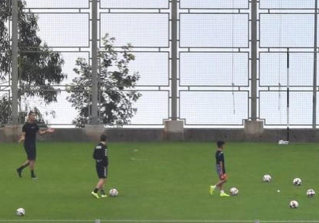 Ronaldo (der.) entrena. Foto: Tomadas del Diario Noticias de Portugal.