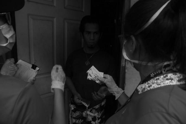 Reparto de los bonos solidarios, $80, como parte del Programa Panamá Solidario en los edificios San Ramón y Vértigo, en el corregimiento de Calidonia. Foto: Víctor Arosemena. Epasa.
