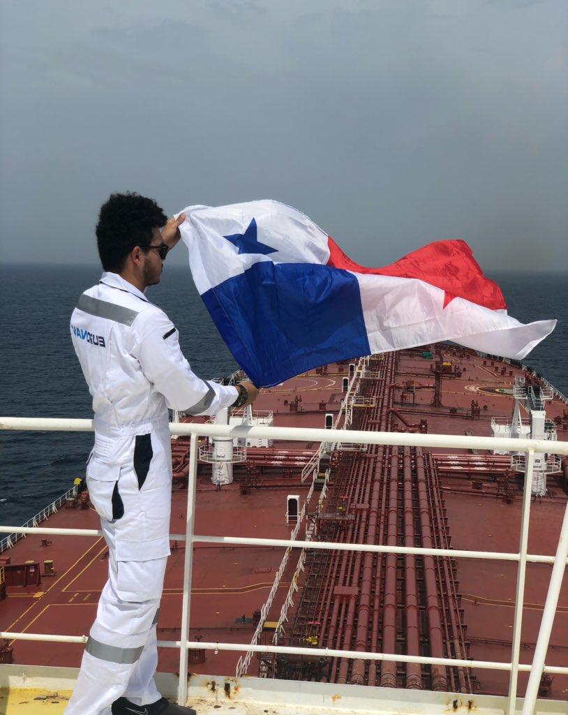 Javier Aranda posa con la bandera de Panamá.
