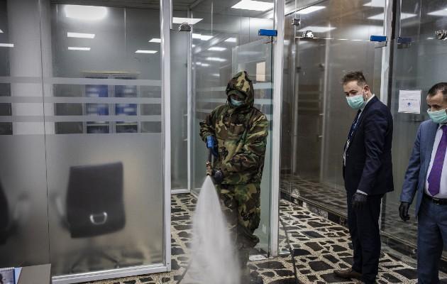 Un toque de queda ha cerrado negocios iraquíes. Desinfectando un banco. Foto / Ivor Prickett para The New York Times.