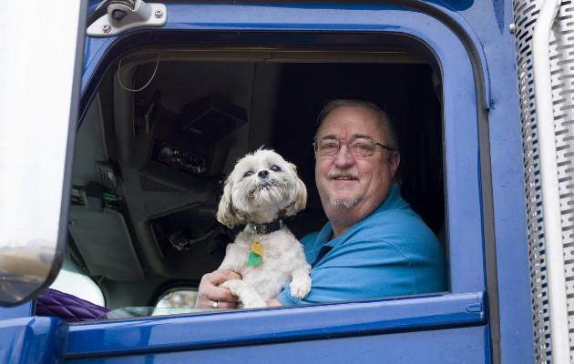 Darrell Woolsey, un trailero de larga distancia, no sabía cuándo iría a casa. Foto / Terry Ratzlaff para The New York Times.