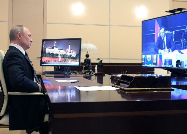 El presidente ruso Vladimir Putin habla con miembros del Consejo de Seguridad en videconferencia. Fotos: EFE.