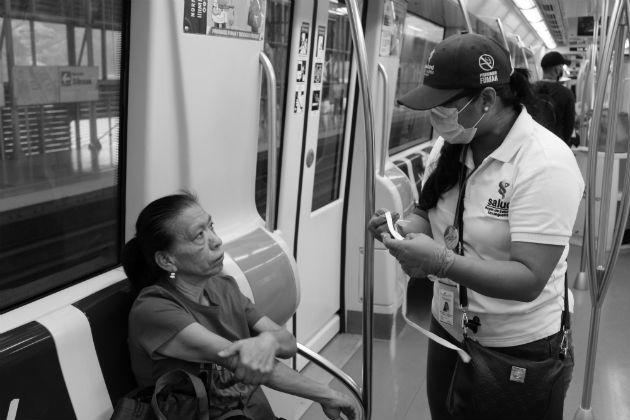 Las autoridades de salud instruyen a los ciudadanos sobre las medidas de prevención para evitar que se incremente la cifra de contagiados. Foto: Cortesía