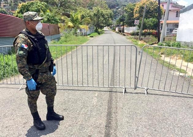 Unidades del Servicio Nacional de Fronteras (Senafront) custodian el cerco sanitario que se estableció en el sector de Koskuna, en el corregimiento de Veracruz. Foto @MinSegPma