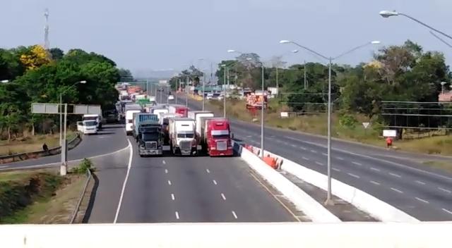 Tranque vehicular en la autopista Arraiján-La Chorrera, por las diversas protestas. Foto/eric Montenegro