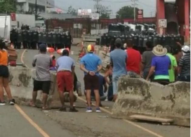 Los manifestantes han utilizado materiales de la construcción del Corredor de Playa para levantar barricadas, Fotos: Eric Montenegro.