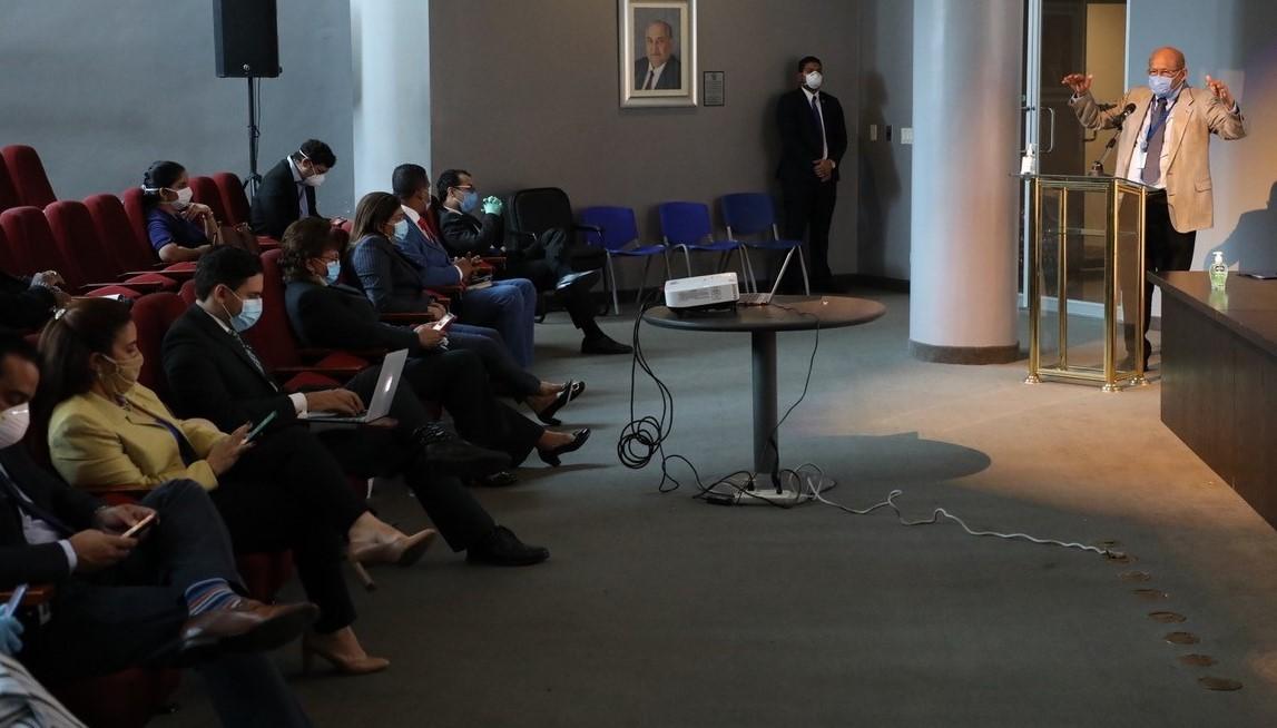 Alexander, respondió a las interrogantes de los diputados y les reiteró que el ahorro, como la disciplina fiscal, seguirán siendo temas de importancia para el país