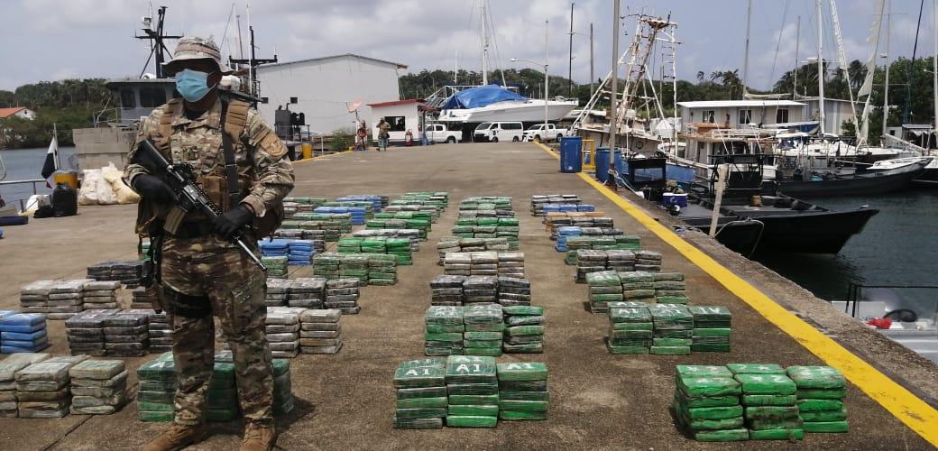 Las autoridades encontraron unos 57 bultos, repletos de cocaína.