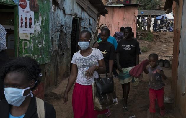 En África batallan para obtener los artículos que necesitan para luchar contra el coronavirus. Una barriada en Nairobi. Foto / Tyler Hicks/The New York Times.