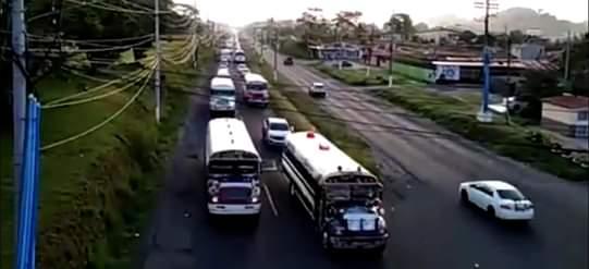 Los transportistas esperan que las autoridades de la gobernación de Colón le den respuesta a su petición. Foto/Diomedes Sánchez