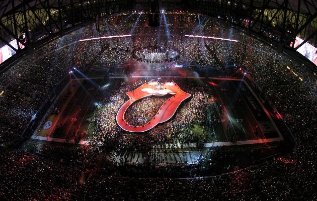 La reunión de Mick Jagger con un estudiante de arte llevó a logo de los Rolling Stones. El escenario en Súper Tazón XL. Foto / Al Messerschmidt/Getty Images.